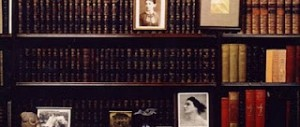 scaffali della libreria di Freud