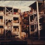 Crescere in un quartiere svantaggiato può avere effetti che durano tutta la vita