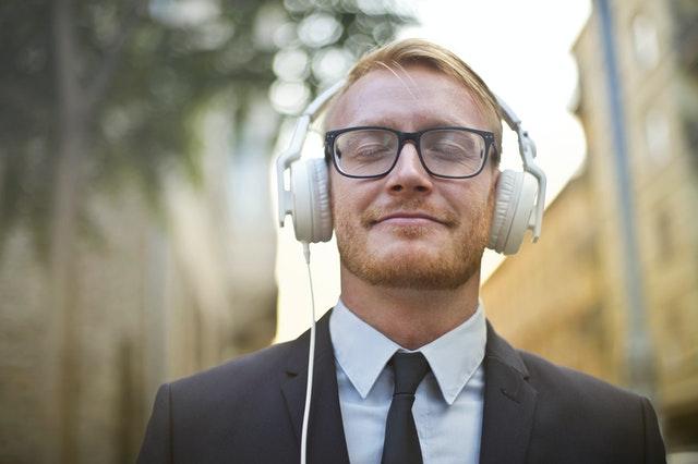 Musica al lavoro: ci lasciamo distrarre?