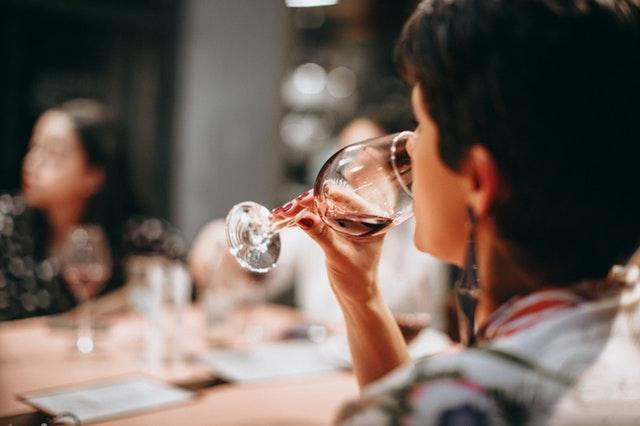 La psicologia della degustazione del vino